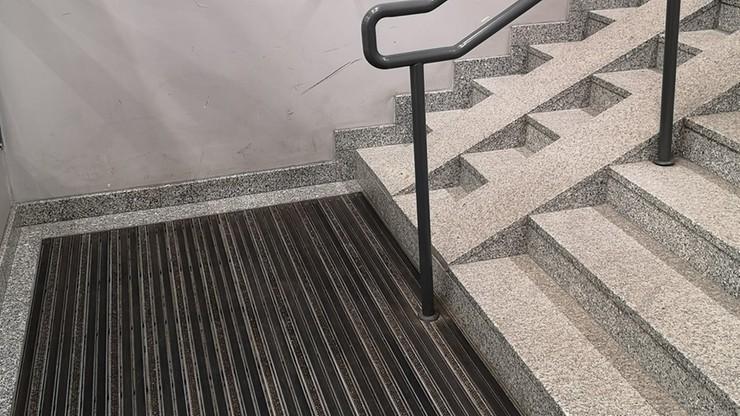 """Leszno: niebezpieczny podjazd na dworcowych schodach. """"One nie są dla niepełnosprawnych"""""""