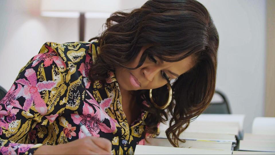 Michelle Obama podpisuje swoją autobiografię