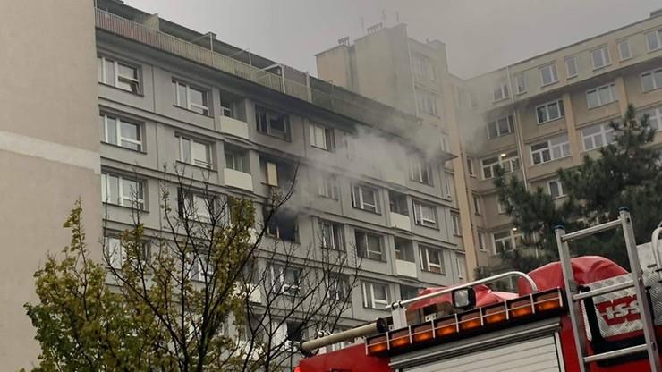 Pożar bloku w Warszawie. Jedna osoba spłonęła