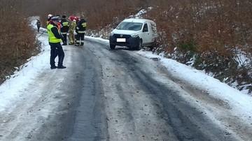 Samochód wciągnął kierowcę pod koła. 40-latek zakładał opaski przeciw gołoledzi
