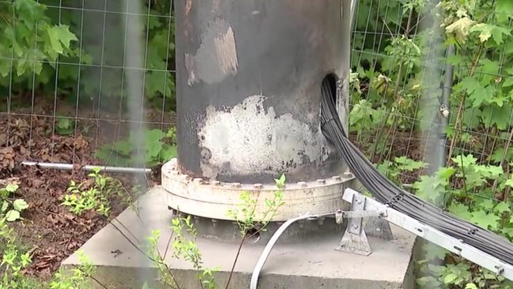 Maszt, który podpalono w Łodzi. Pożar udało się szybko ugasić