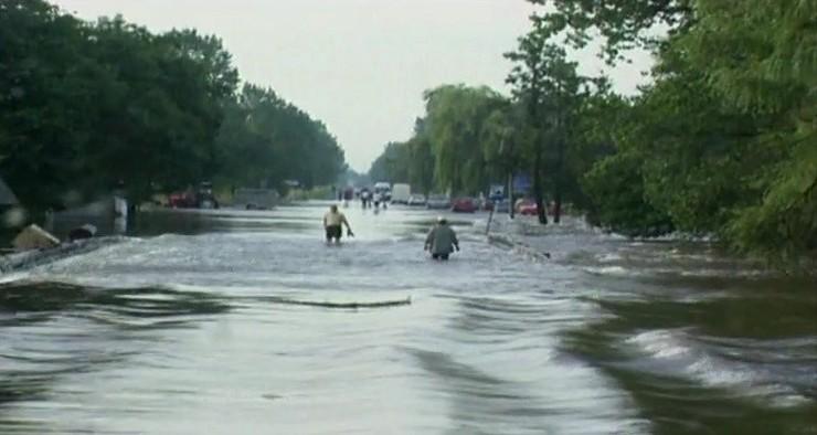 Niektórzy mieszkańcy Wrocławia, mimo że ulice były zalane, jeździli po nich rowerami